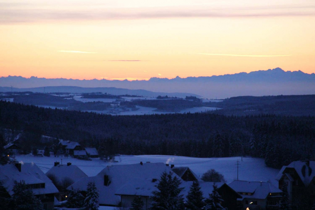 Sonnenaufgang im Winter mit Blick aus der Panorama-Lounge in dem Seminarhaus