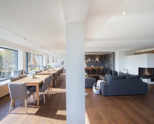 Lounge mit Essensbereich im Gruppenhaus