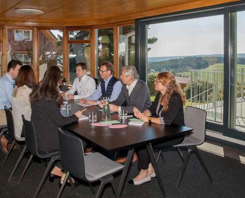 Seminarraum mit Aussicht: Mitten im Hochschwarzwald gelegen bietet die Saiger Lounge wunderbare Blicke, auch beim Arbeiten.