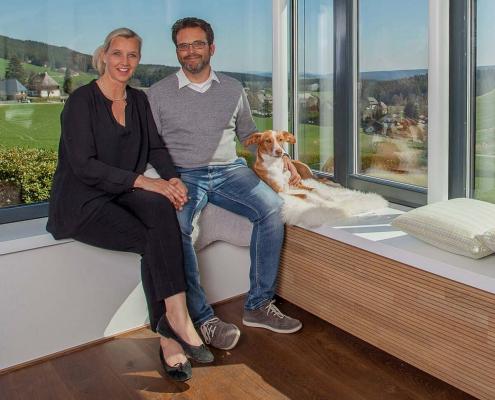 """Ulrike Peter, Udo Möbes und """"Melly"""" sitzen im Seminarhaus im Schwarzwald"""